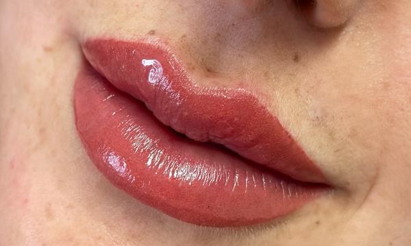 Lip line and colour